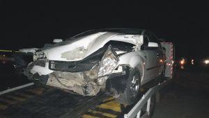 Tır'a çarpan otomobil sürücüsü ölümden döndü