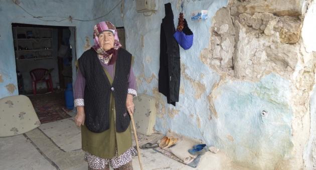 Yaşlı Kadın, Çökme Tehlikesi Geçiren Evinde Yardım Bekliyor - Videolu Haber